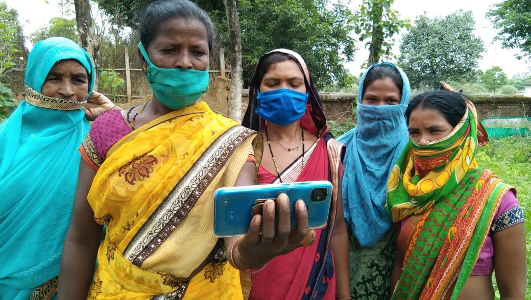 जशपुरनगर: 'लोकवाणी' की 18वीं कड़ी का हुआ शुभारंभ - स्व-सहायता समूह की महिलाओं ने अपने मोबाईल के माध्यम से लोकवाणी कार्यक्रम को सुना