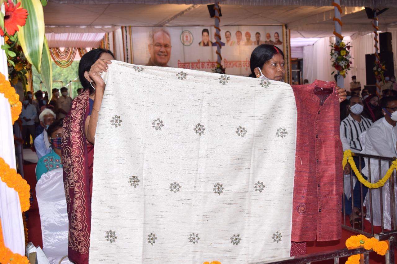 अम्बिकापुर : मुख्यमंत्री को समूह की महिलाओं ने भेंट की गोदना आर्टयुक्त शाल और जैकेट
