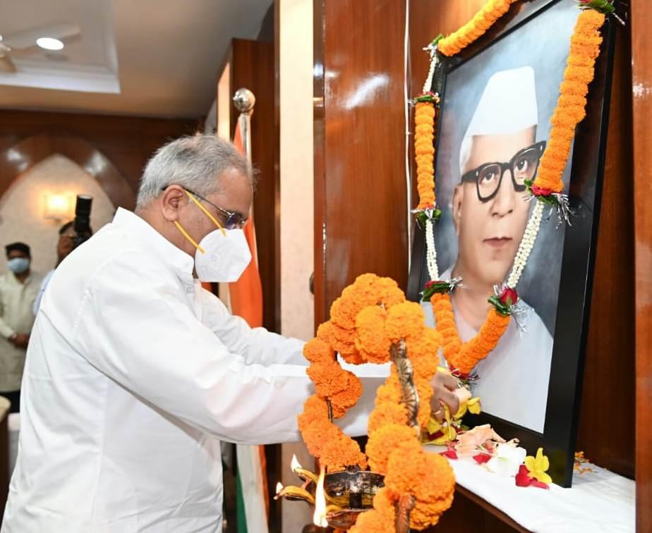 रायपुर : विकास की राह पर तेजी से आगे बढ़ रहा छत्तीसगढ़ : मुख्यमंत्री श्री बघेल : राजधानी में आयोजित डॉ.खूबचंद बघेल की जयंती समारोह में शामिल हुए मुख्यमंत्री