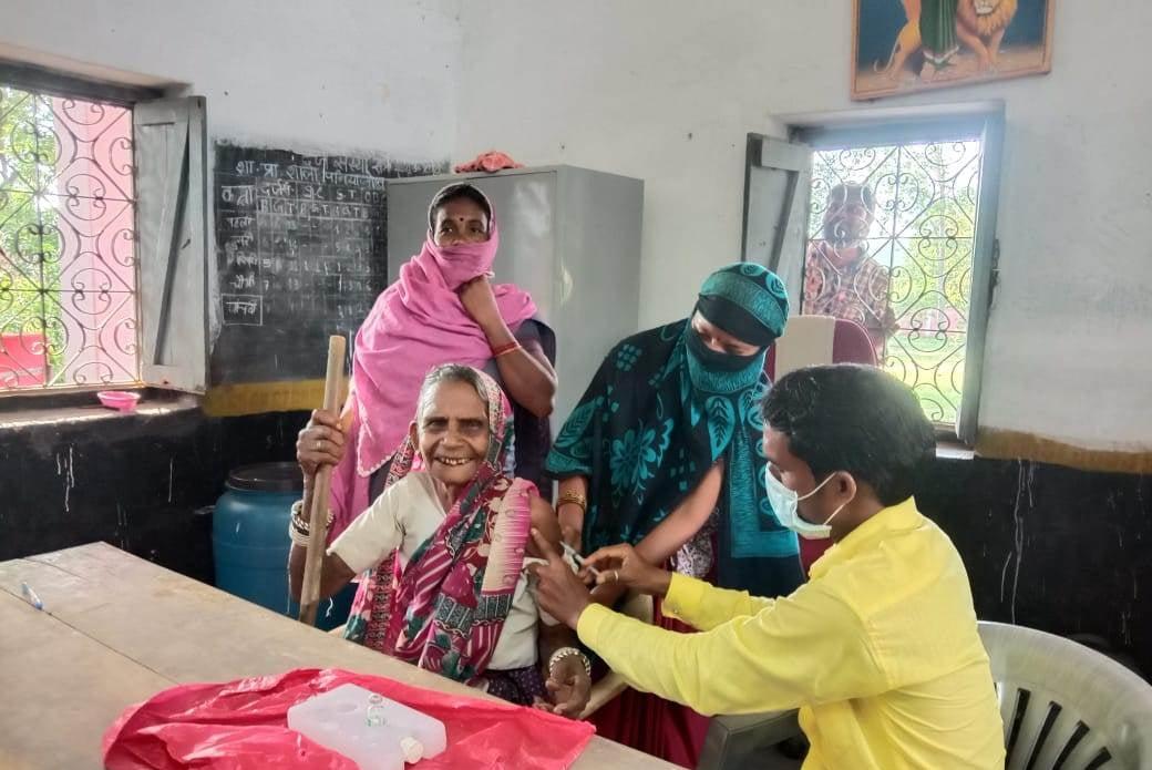 राजनांदगांव :  महिलाओं की टीकाकरण में रही विशेष सहभागिता :  7 लाख व्यक्तियों का टीकाकरण पूर्ण, जिले ने हासिल की महत्वपूर्ण उपलब्धि