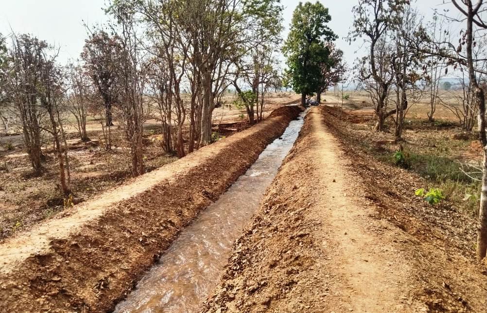 रायपुर : मनरेगा से बने नहर से किसानों के चेहरों पर आई मुस्कुराहट :   80 किसानों के खेतों तक महीडबरा जलाशय का पानी पहुंचा, 75 हेक्टेयर रकबे में सिंचाई सुविधा का विस्तार