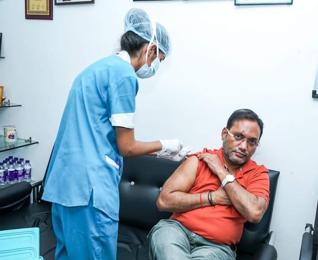 रायपुर : कोरोना संक्रमण से बचाव के लिए टीकाकरण जरूरी : मंत्री गुरु रुद्रकुमार :   लोक स्वास्थ्य यांत्रिकी एवं ग्रामोद्योग मंत्री ने कोरोना टीका लगवाया