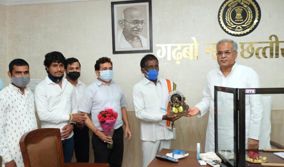 रायपुर :  मुख्यमंत्री श्री बघेल से छत्तीसगढ़ माटी कला बोर्ड के अध्यक्ष ने की सौजन्य मुलाकात