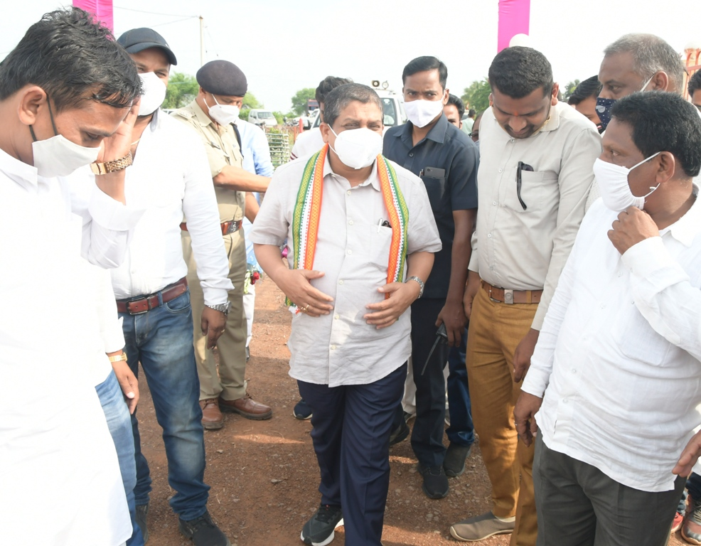रायपुर :  मंत्री डॉ. डहरिया ने गोबर खरीदी प्रारंभ करने सीईओ को दिए निर्देश