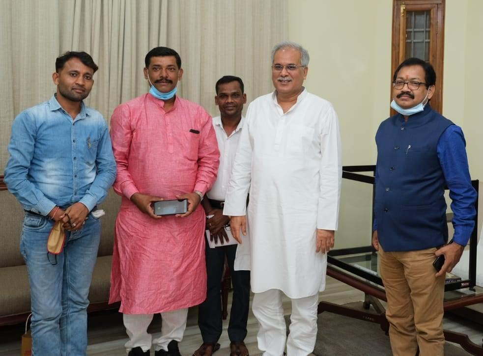 रायपुर : मुख्यमंत्री श्री बघेल से प्रदेश सरपंच संघ के प्रतिनिधि मंडल ने की सौजन्य मुलाकात