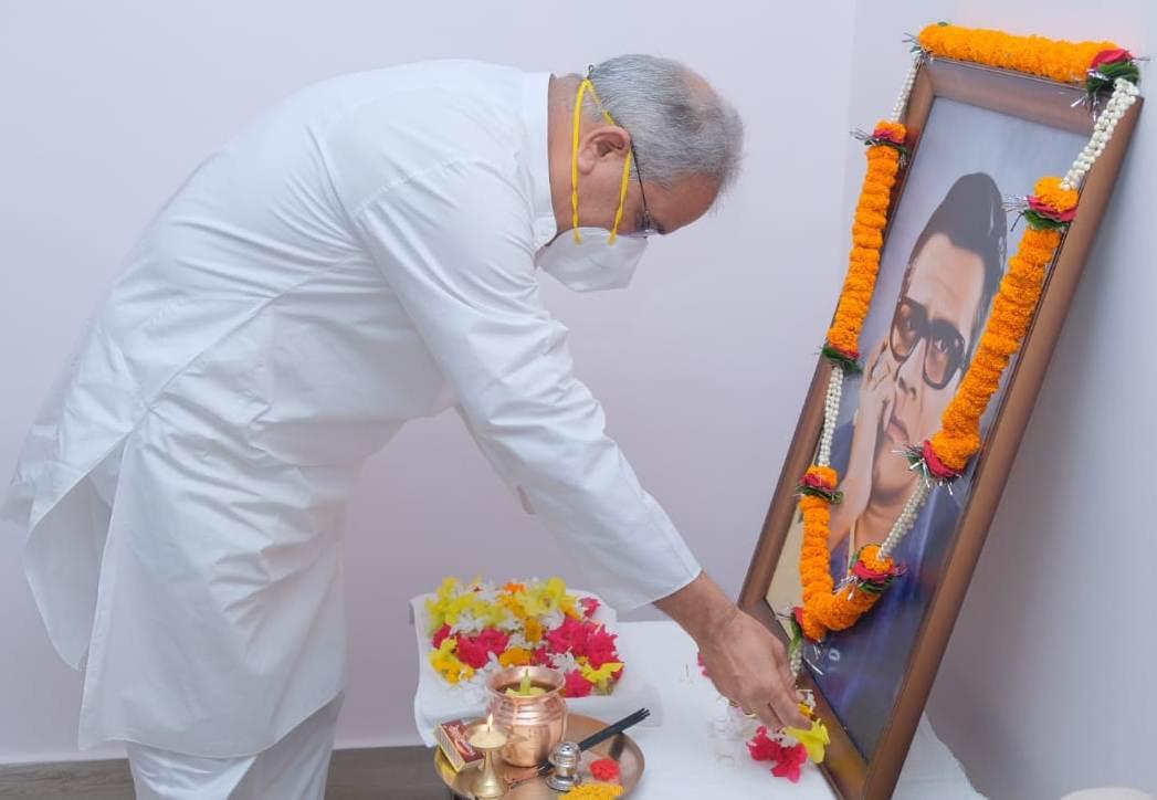 रायपुर : मुख्यमंत्री ने स्वर्गीय श्री बिसाहू दास महन्त की पुण्यतिथि पर उनके चित्र पर माल्यार्पण कर उन्हें दी श्रद्धांजलि