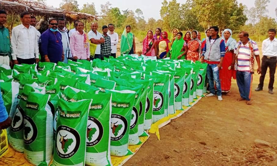 रायपुर :  ग्रामीण अर्थव्यवस्था के लिए संजीवनी साबित हो रही गोधन न्याय योजना :  गौठान समिति और समूह की महिलाओं ने बेचा दो करोड़ सत्रह लाख रूपये का वर्मी कम्पोस्ट