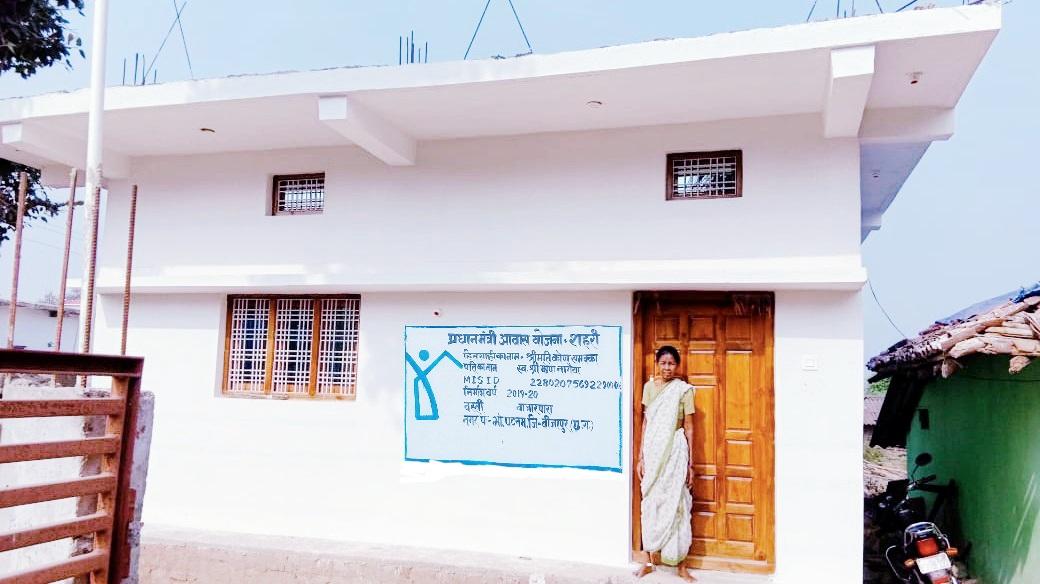 बीजापुर :   शासन की सहायता से गरीब बुजुर्ग महिला कोपा सम्मका को मिला पक्का मकान