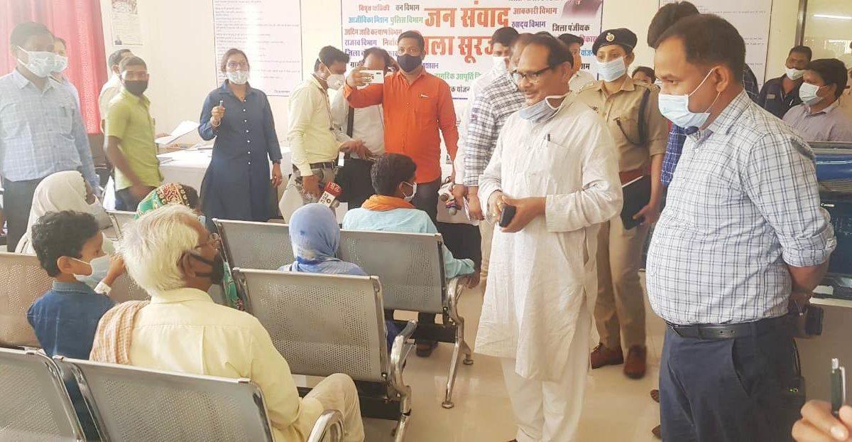 रायपुर : स्कूल शिक्षा मंत्री डॉ. टेकाम ने जनसंवाद में सुनी लोगों की समस्याएं