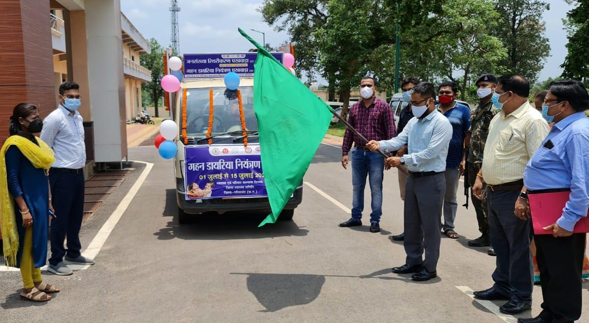 गरियाबंद  : प्रधानमंत्री फसल बीमा योजना : कलेक्टर ने हरी झंडी दिखाकर किया प्रचार रथ को रवाना