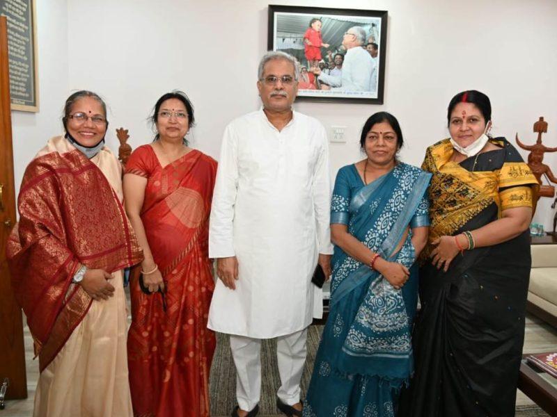 रायपुर : मुख्यमंत्री श्री भूपेश बघेल से राज्य महिला आयोग के नवनियुक्त सदस्यों ने की सौजन्य मुलाकात