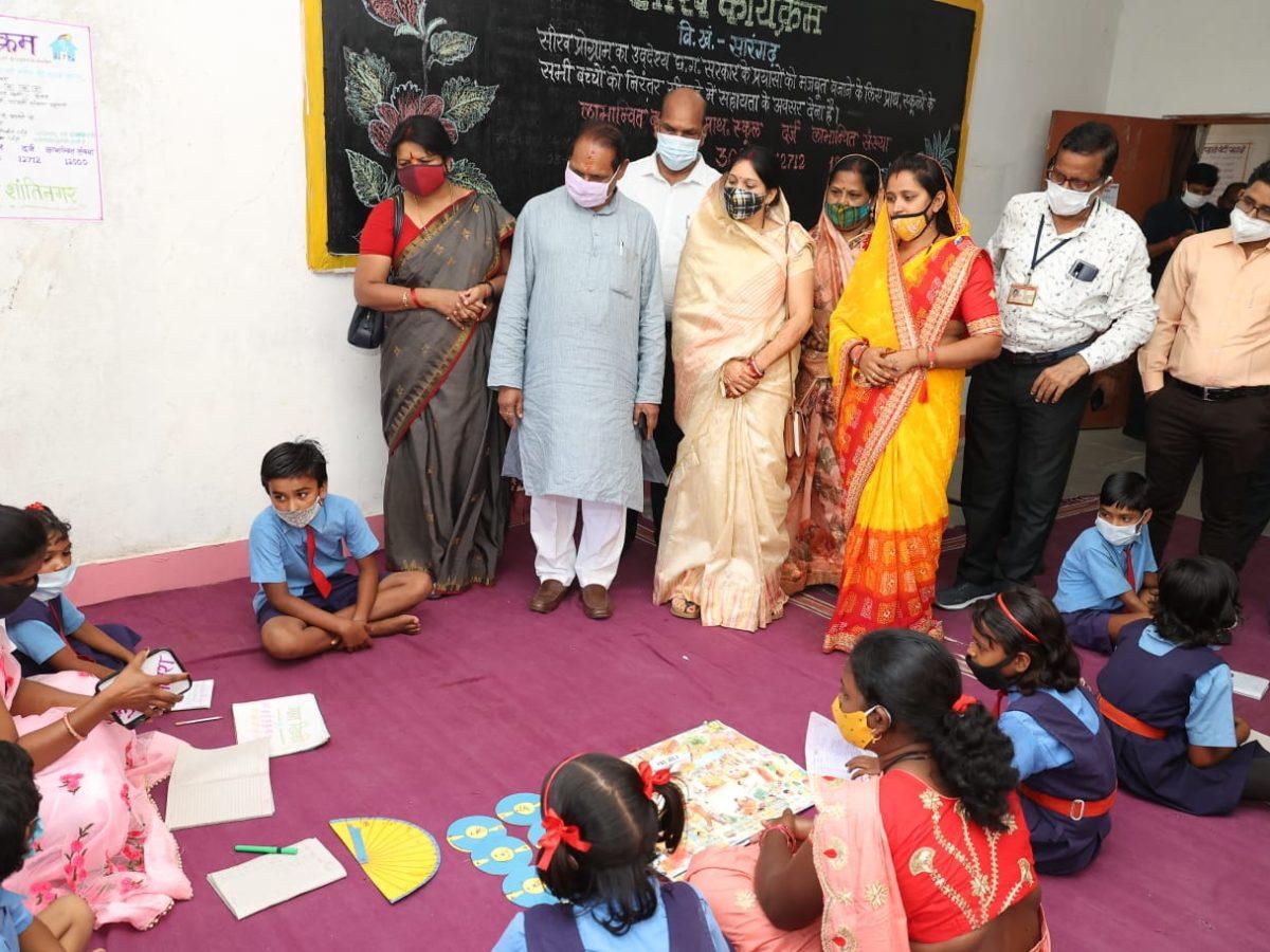 रायपुर :  स्कूल शिक्षा मंत्री डॉ.टेकाम ने स्वामी आत्मानंद अंग्रेजी माध्यम स्कूल का किया निरीक्षण : मॉडल और प्रोजेक्ट वर्क का अवलोकन कर बच्चों को दी शाबासी