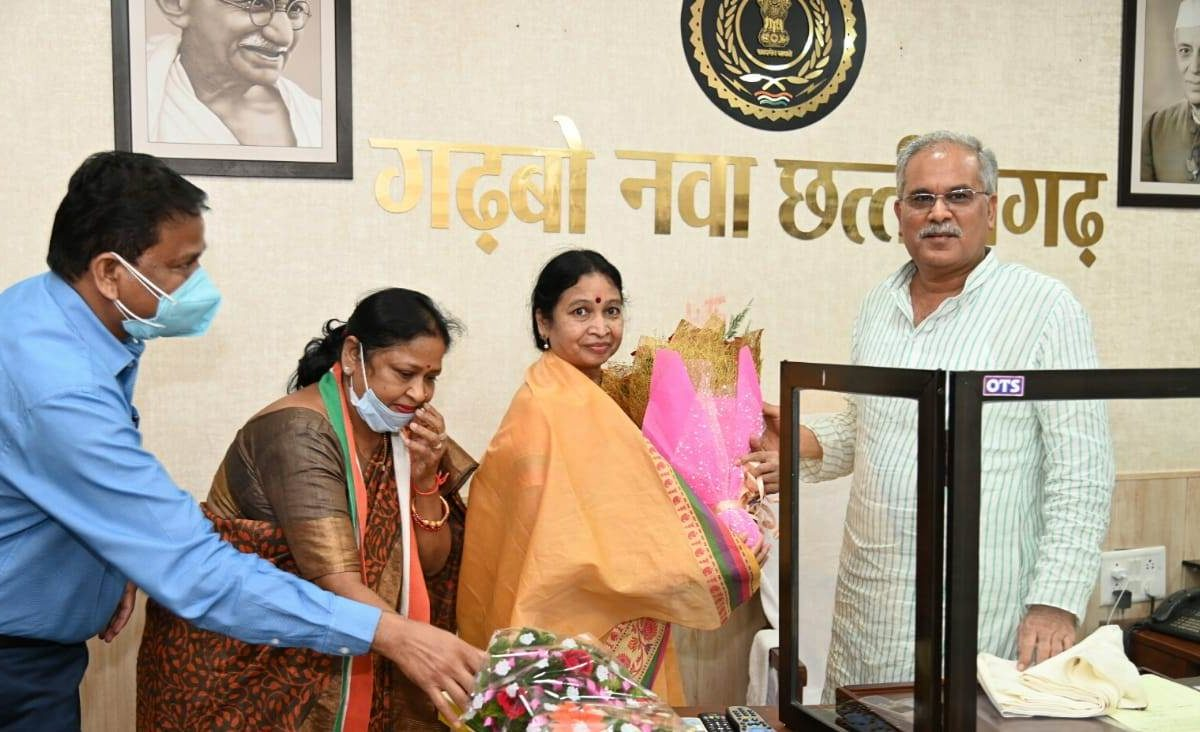रायपुर :  मुख्यमंत्री श्री बघेल से लोक सेवा आयोग की सदस्य डॉ. उइके ने की सौजन्य मुलाकात