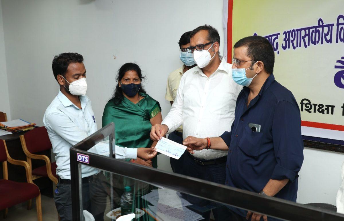 रायगढ़ :  संविदा कर्मचारी की मृत्यु पर पुत्र को प्रदान किया गया एक लाख रुपये का चेक