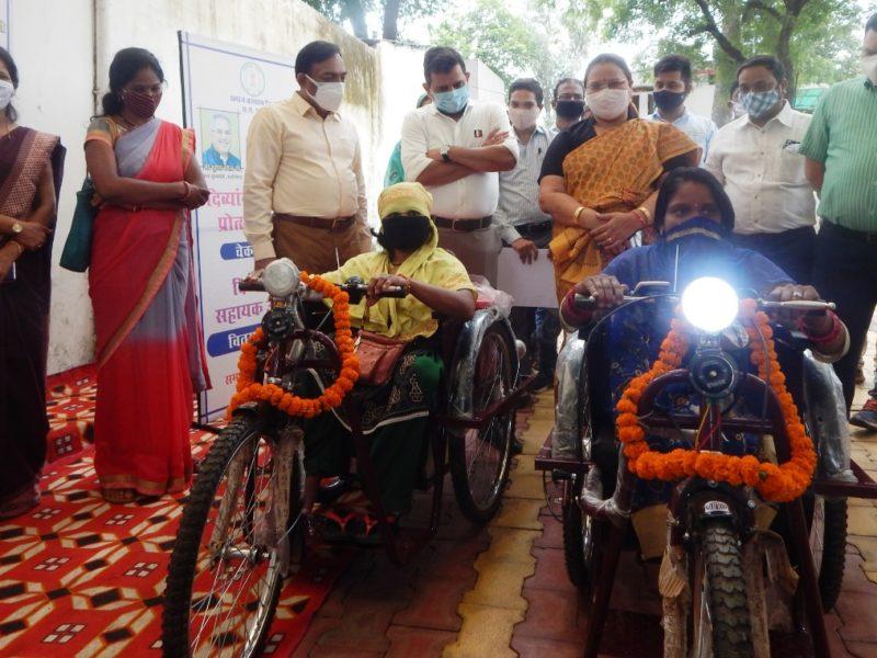 रायपुर : लता  डान्डे और रानिया देवांगन को मिला निशुल्क मोटराइज्ड  ट्राईसाइकिल