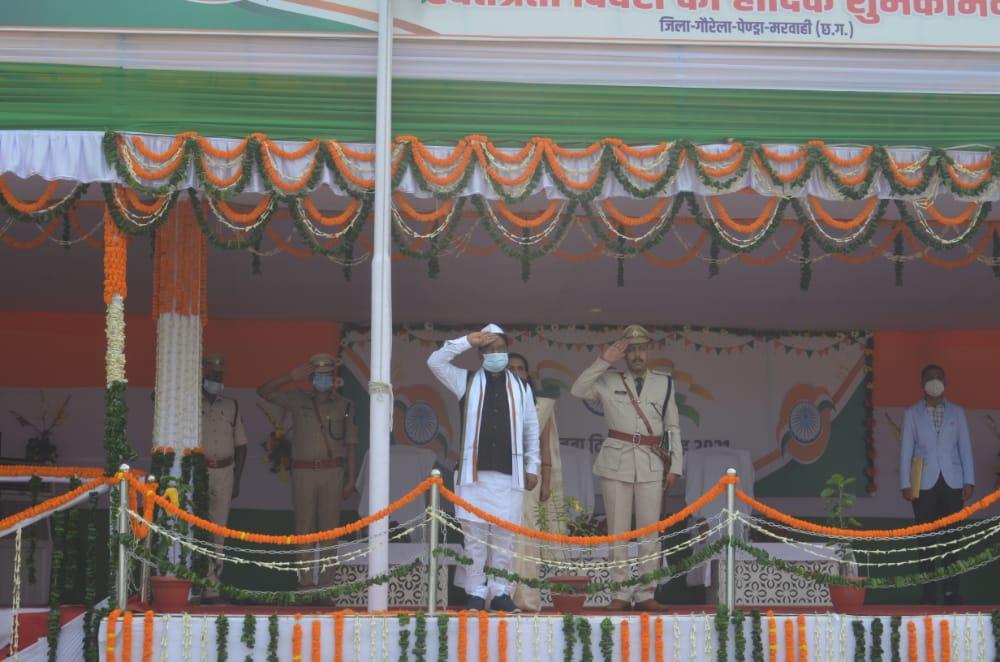 रायपुर : संसदीय सचिव श्री पारसनाथ राजवाड़े ने गौरेला-पेंड्रा-मरवाही फहराया तिरंगा