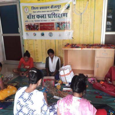 बीजापुर :   भैरमगढ़ की महिला स्व-सहायता समूह बना रही है बाँस-ताड़, मोती-रत्न, धागे और ऊन की स्वदेशी राखियाँ