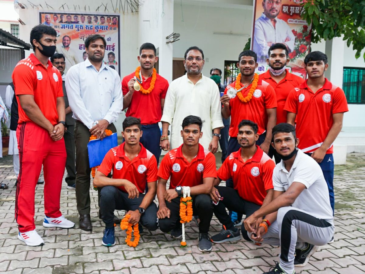 रायपुर :  मंत्री गुरु रुद्रकुमार से मिले वेट लिफ्टर लहरे बंधु: मंत्री ने पदक जीतने पर दी बधाई