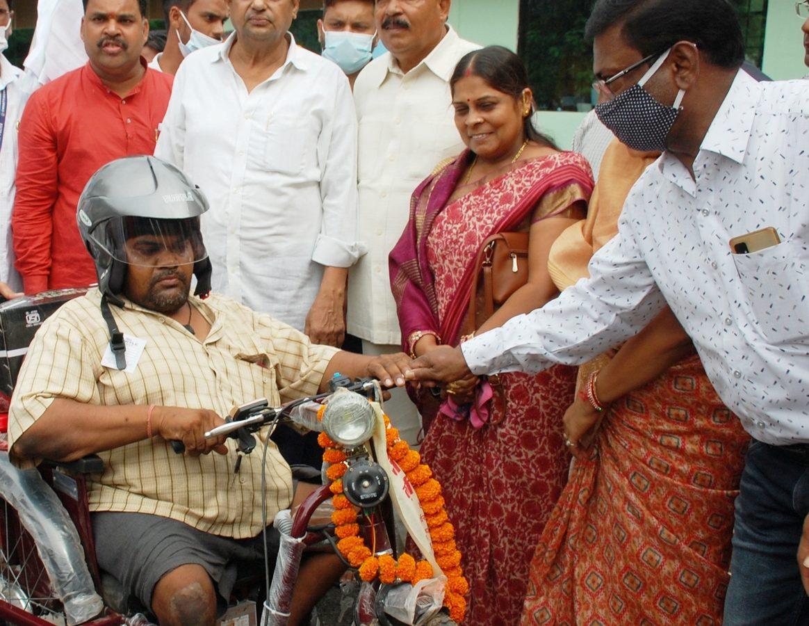रायपुर :  वन मंत्री श्री मोहम्मद अकबर ने 18 हितग्राहियों को किया बैट्री चलित मोटराईज्ड ट्रायसायकल का वितरण
