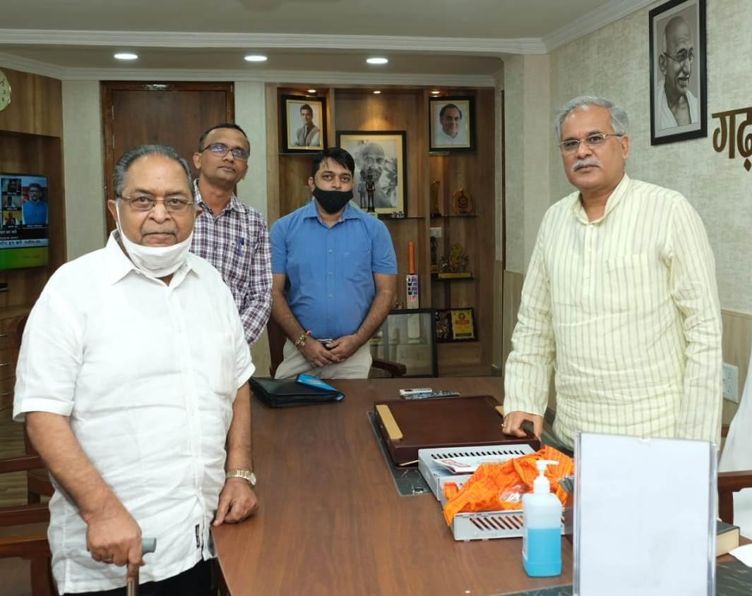 रायपुर : मुख्यमंत्री श्री बघेल से प्रथम छत्तीसगढ़ी फिल्म के निर्माता श्री नायक ने की सौजन्य मुलाकात