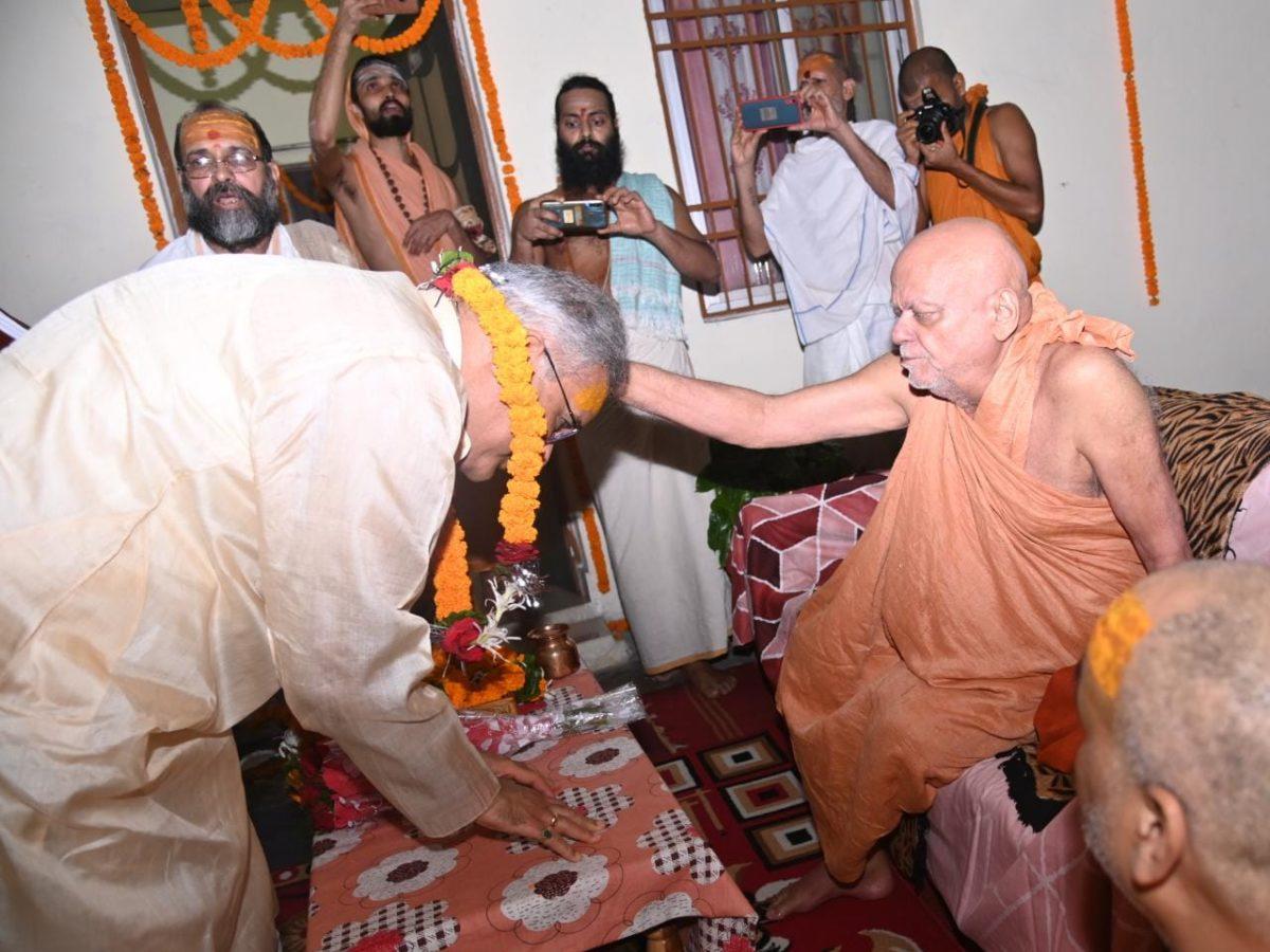 रायपुर : मुख्यमंत्री ने जगदगुरु शंकराचार्य स्वामी श्री निश्चलानन्द सरस्वती के दर्शन कर उनका आशीर्वाद ग्रहण किया