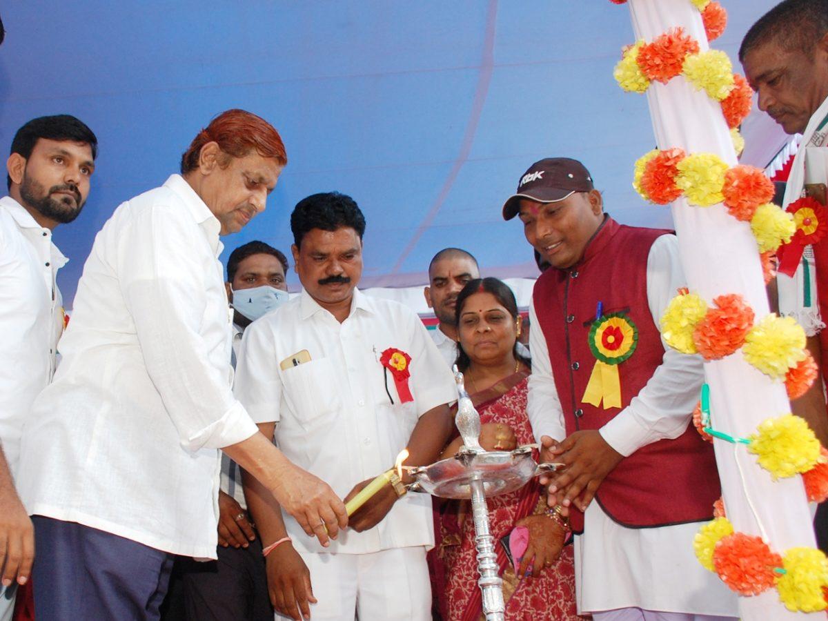 रायपुर :  वन मंत्री श्री अकबर ने छत्तीसगढ़ लोक कल्याण नाचा गम्मत परिवार के 40 दलो को कुल 10 लाख रूपए आर्थिक सहायता देने की घोषणा की :  छत्तीसगढ़ के भूमिहीन प्रत्येक मजदूर परिवार को मिलेगा सालाना 6 हजार रूपएः- मंत्री श्री मोहम्मद अकबर