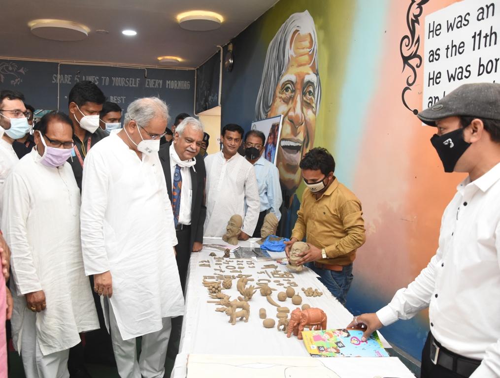 रायपुर : 'मिट्टी की कला-कृति के माध्यम से बच्चों को नवीन शिक्षा'