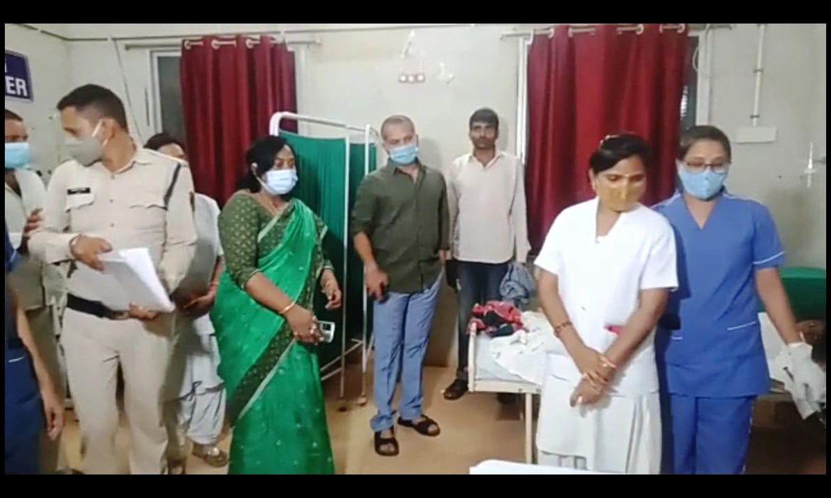 कलेक्टर ने जिला अस्पताल पहुंचकर शासकीय प्राथमिक स्कूल की उपचाररत छात्राओं से मिले