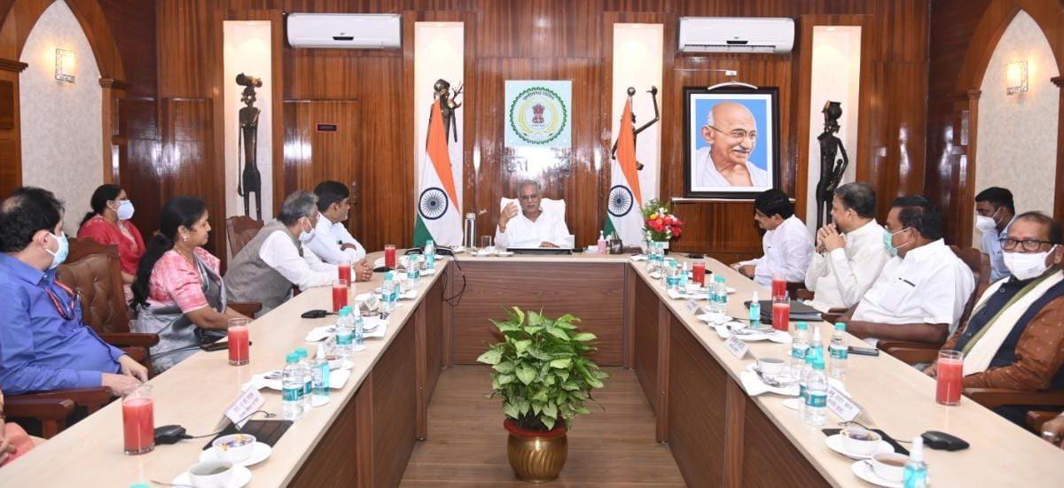 रायपुर :  छत्तीसगढ़ की गोधन न्याय योजना के कायल हुए संसदीय समिति के सदस्य :  कृषि, पशुधन और स्व-रोजगार से ग्रामीण अर्थव्यवस्था को सुदृढ़ कर रहे हैं: मुख्यमंत्री श्री भूपेश बघेल