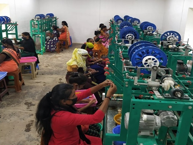 कोकून और कोसा धागा निर्माण से जुड़ी दो हजार से अधिक महिलाएं