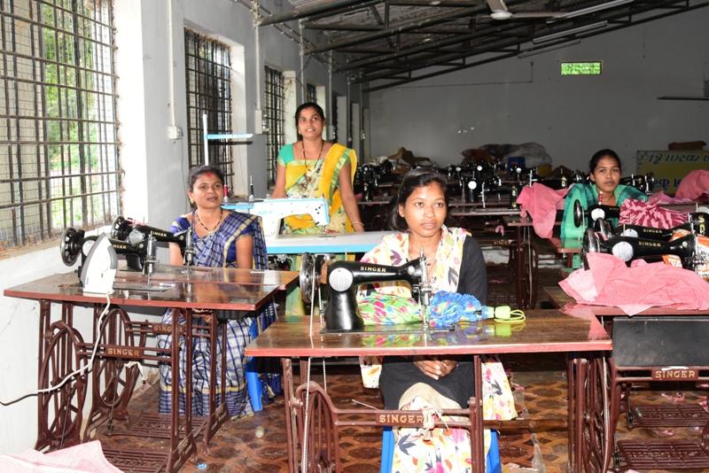 सिलाई प्रशिक्षण प्राप्त कर महिलाएं अपना रही हैं स्व-रोजगार
