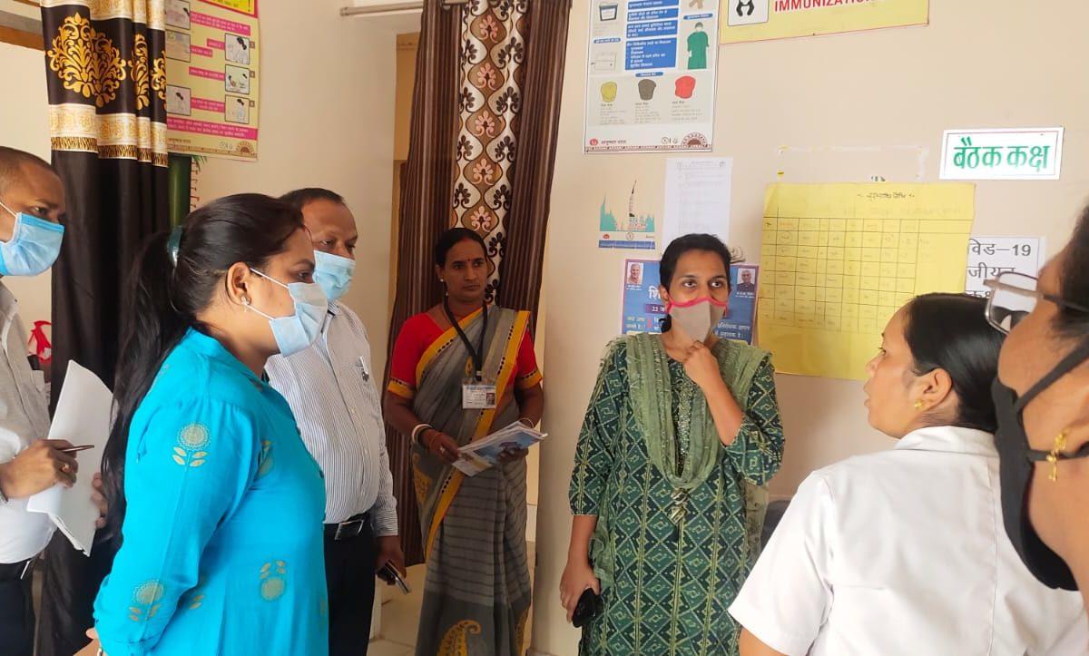 कलेक्टर ने पेंड्रा विकासखंड के विभिन्न स्वास्थ्य केंद्रों का किया आकस्मिक निरीक्षण