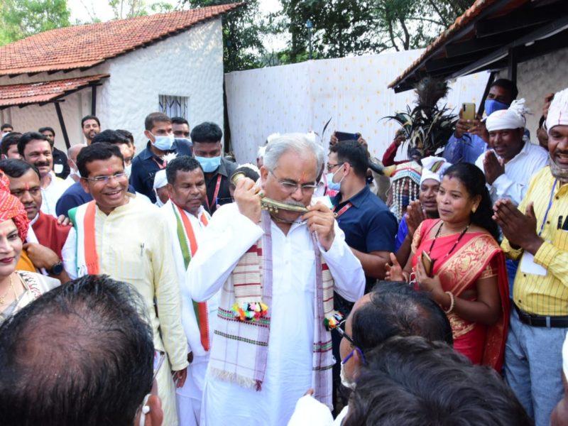 बस्तर की जनजातीय संस्कृति के रंग में रंगे दिखाई दिए मुख्यमंत्री भूपेश बघेल