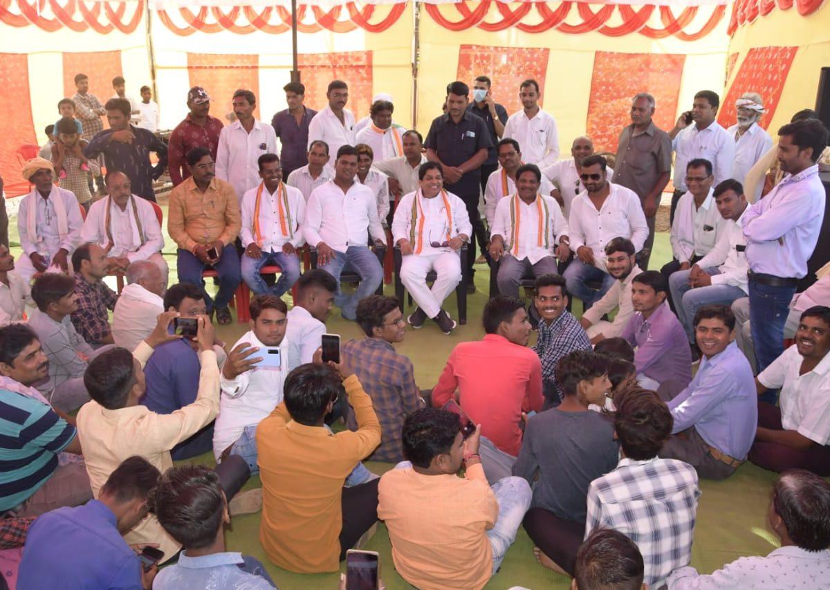 रायपुर : मंत्री डॉ. डहरिया ने गांव के चौक पर लगाई चौपाल
