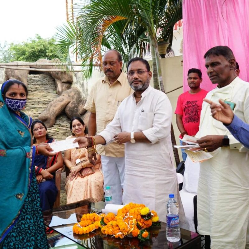 पीएचई मंत्री ने 104 जरूरतमंदों को स्वेच्छानुदान राशि का चेक वितरण किया