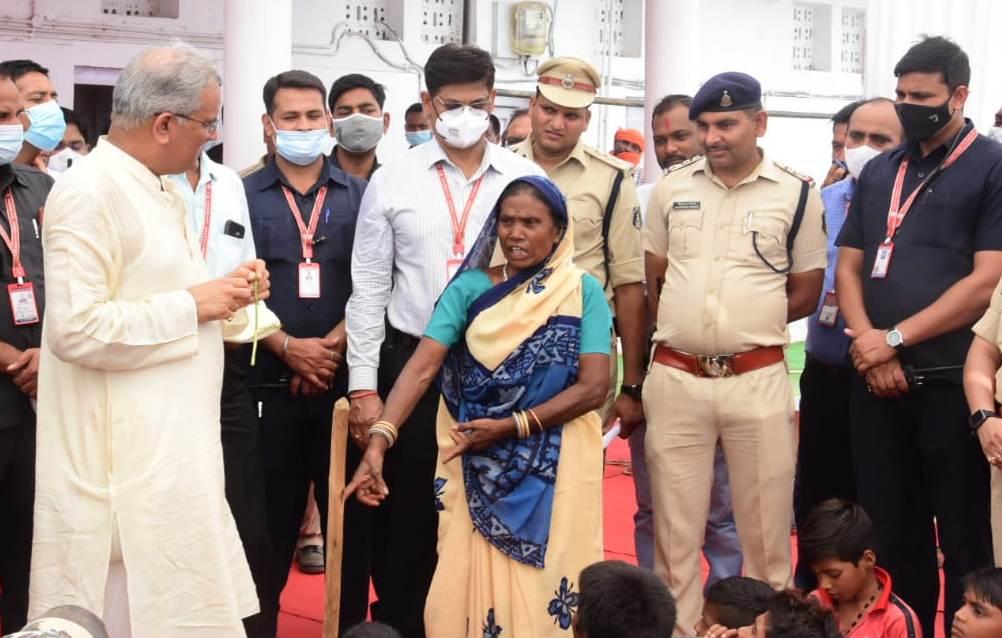रायपुर :  नया खाई के अवसर पर अपने पैतृक गांव पहुंचे मुख्यमंत्री, ग्रामीणों से की देर तक चर्चा