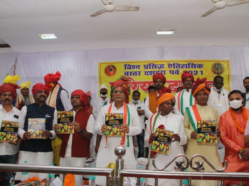 मुख्यमंत्री ने 'पिछड़ेपन को पछाड़ने की ललक' पुस्तक का किया विमोचन