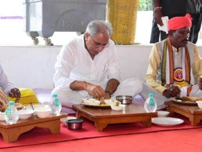 सीएम भूपेश ने मांझी, चालकी, पुजारी और जनजातीय समाज प्रमुखों के साथ किया भोजन