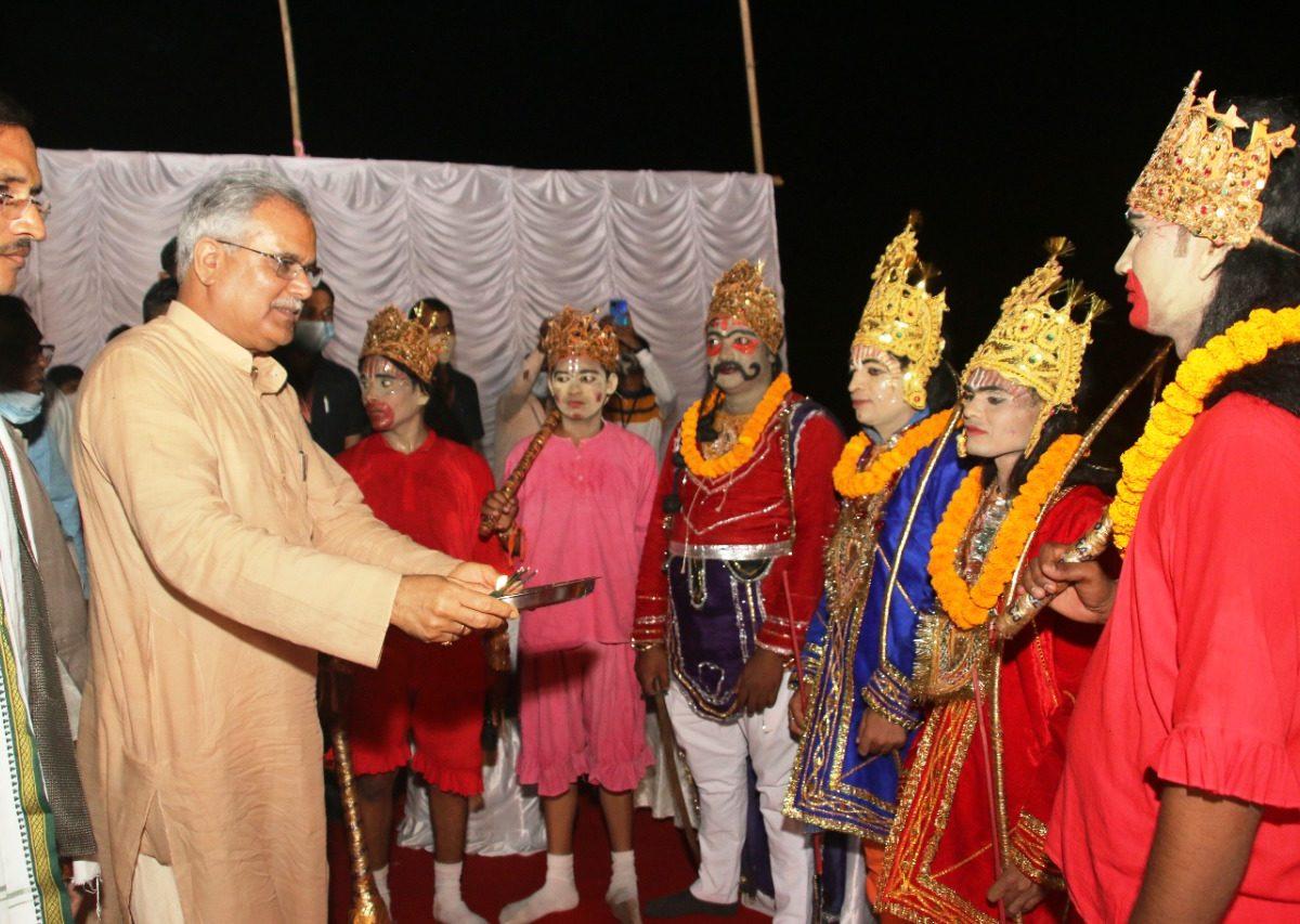 मुख्यमंत्री भूपेश बघेल कुम्हारी के दशहरा उत्सव में हुए शामिल